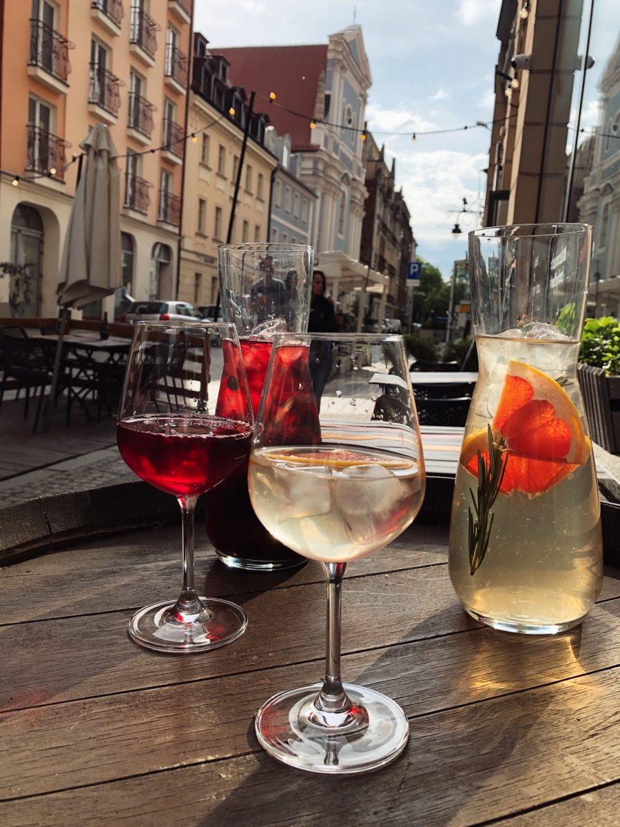 Orzeźwiające dzbany wina w Pochlebnej – przyjdź i spróbuj – zarezerwuj stolik