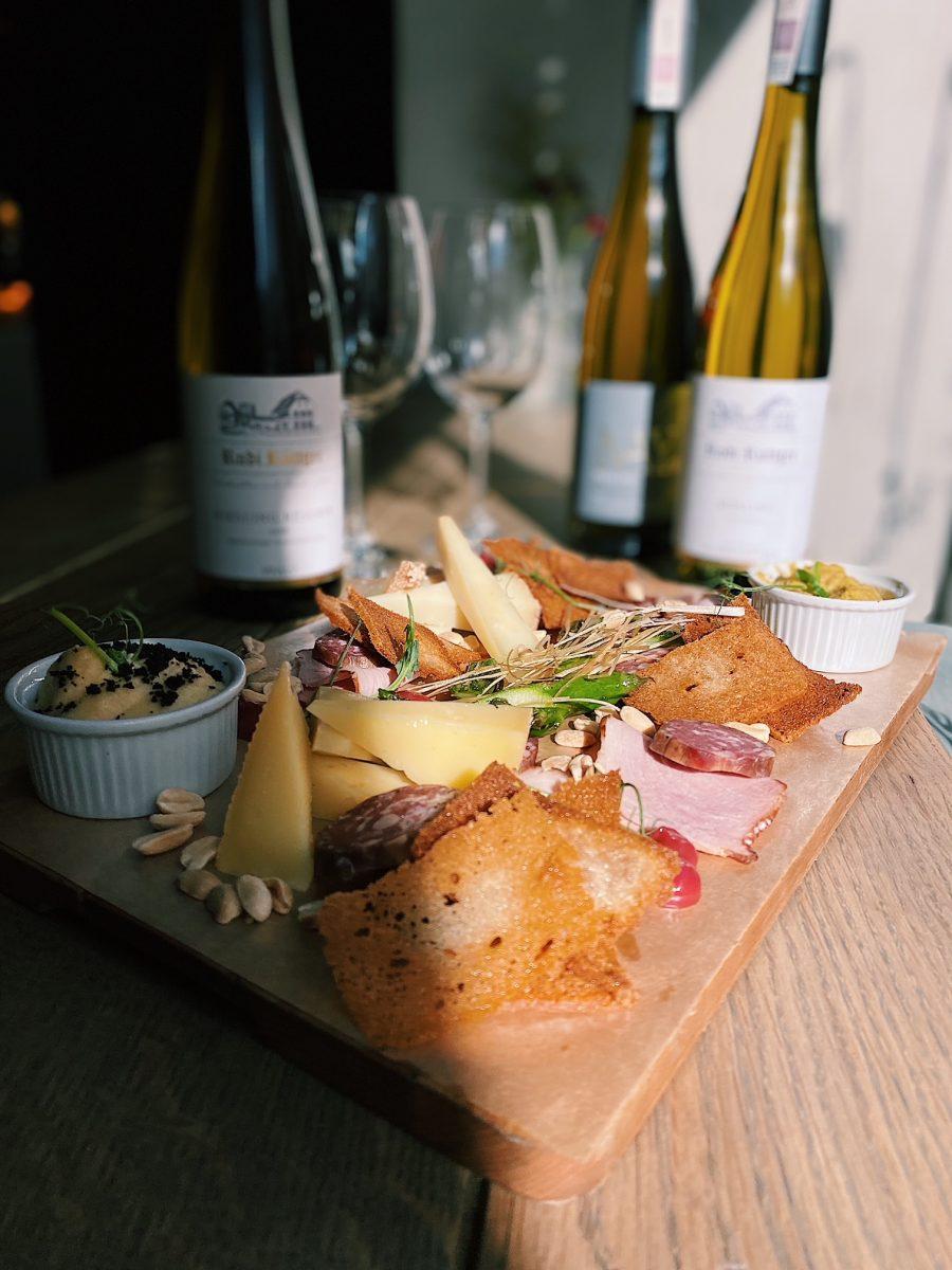 Wino i ser to połączenie idealne – spróbuj już dziś w Pochlebnej!