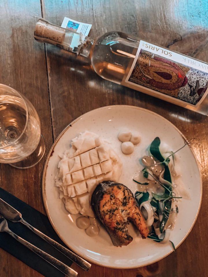 Zapraszamy do Pochlebnej na pysznego pstrąga łososiowego z Kotliny Kłodzkiej oraz znakomite wino z Winnicy Jaworek